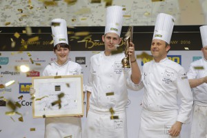 Marvin Böhm (m) gewinnt Bocuse d'Or Germany 2016, links Commis Hanna Karthaus, rechts Patrik Jaros (Präsident Bocuse d'Or Germany) / Stuttgart /  21.02.2016 / Foto: Bocuse d'Or Germany/Jörg Eberl